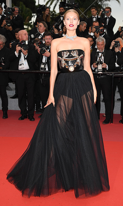 <p>Toni Garrn was burning up the red carpet with this look at the <em>Burning</em> premiere! She stunned in this black tulle strapless number, keeping her blond hair back to show off her stunning jewels.</p>