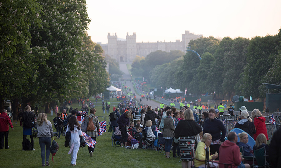 <p>Crowds gathered along the long walk towards Windsor Castle, eager to catch a glimpse of British royalty and, of course, Meghan Markle passing in the Queen's burgundy Rolls Royce towards St. George's Chapel.</p>