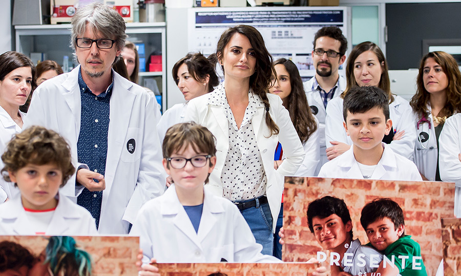 <p>Penelope Cruz was all smiles as she delivered the scholarship for research 'Unoentrecienmil' at La paz hospital on May 25.