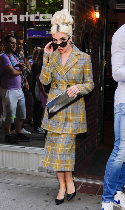 The star peeked out from her sunnies to take a look at her adoring fans, rocking a pattern reminiscent of the threads in <em>Clueless</em> but with a retro ladylike cut. She paired her Calvin Luo skirt and longline blazer with a Commes des Garçon clutch.