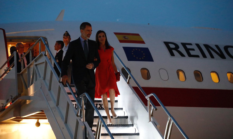 The mom of two looked characteristically stylish — and patriotic — wearing a red dress by BOSS for her arrival to America.