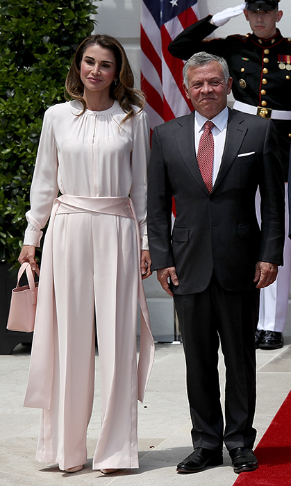 Queen Rania proves again that she's the queen of fashion! The Jordanian royal donned a beautiful pale pink jumpsuit and matching bag for her visit to the White House on June 25.