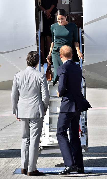 <p>For the first time, fans got a chance to see Meghan disembarking from a plane!</p> 