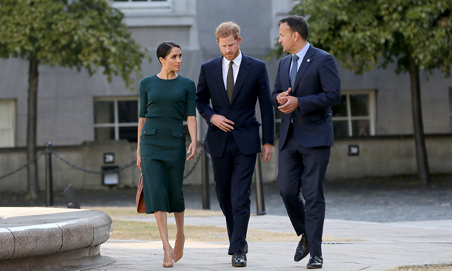 The trio were clearly deep in discussion during their visit.