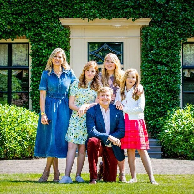 The entire family stunned in beautiful summer outfits, with Máxima in a denim dress, her daughters Catharina-Amalia, Ariane and Alexia in dresses and her husband, King Willem-Alexander, in maroon trousers and a smart blue coat.