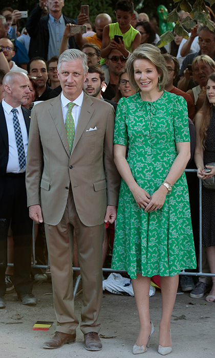 That same day, the Queen changed into a beautiful green dress, accessorizing with a pair of grey suede pumps.<p>Photo: © Patrick Aventurier/WireImage