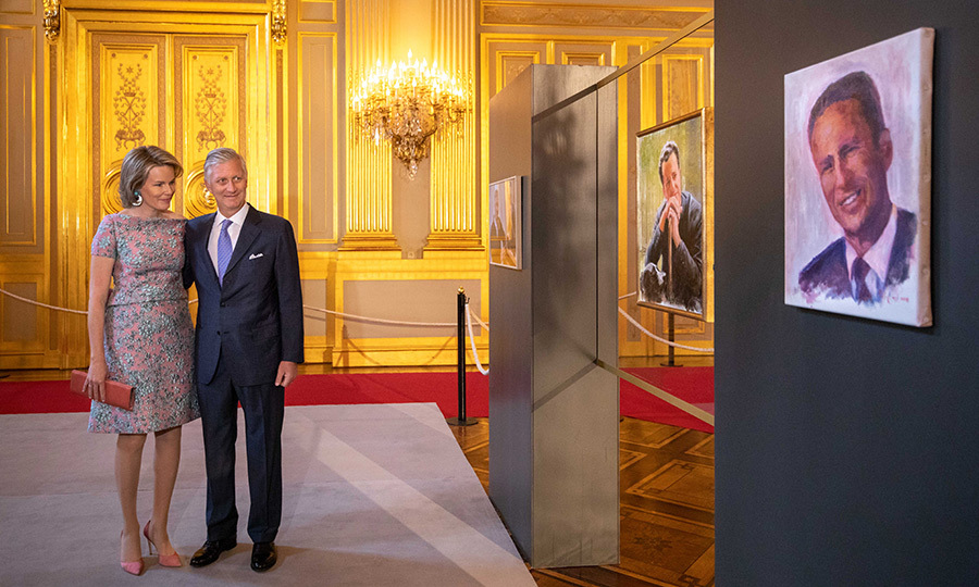 On July 22, King Philip and Queen Mathilde took a look at two portraits of late King Baudouin, painted by King Philip himself, to remember his uncle. The Queen stunned in a beautiful pink embroidered dress, with coral accents.