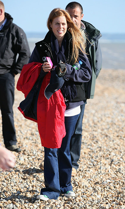 Princess Beatrice was in Dungeness, England in august 2010 to watch Richard Branson kite surf across the English Channel. For the occasion, she dressed down in a pair of jeans, a sweatshirt with a vest and emerald-green Cons.
