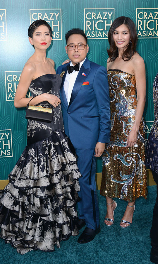 Sonoya Mizuno, who plays Araminta Lee, posed with Nico Santos, a.k.a. Oliver T'sien, and Gemma Chan, who stepped into the one-of-a-kind designer shoes of Astrid Leong. Fittingly, the latter wore a dazzling combination of Oscar de la Renta and Chopard jewels.