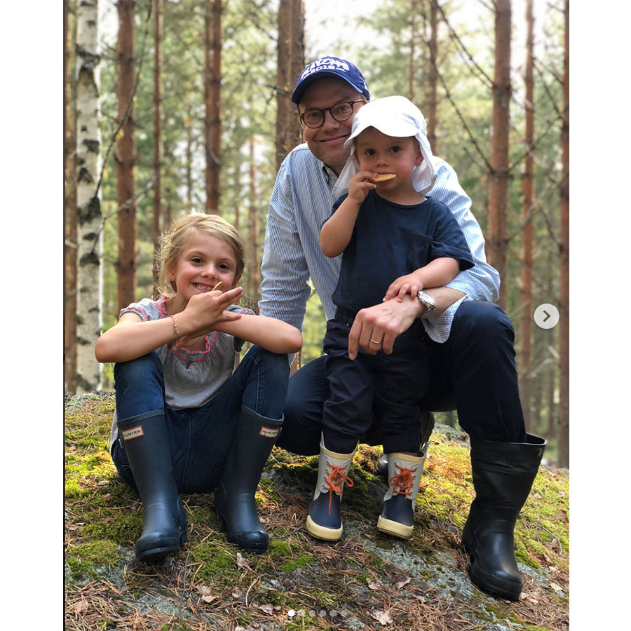 A little mid-hike snack kept the rainboot-clad family going in the woods of Öland. Prince Daniel and his little boy kept the sun's rays at bay with brimmed hats. 