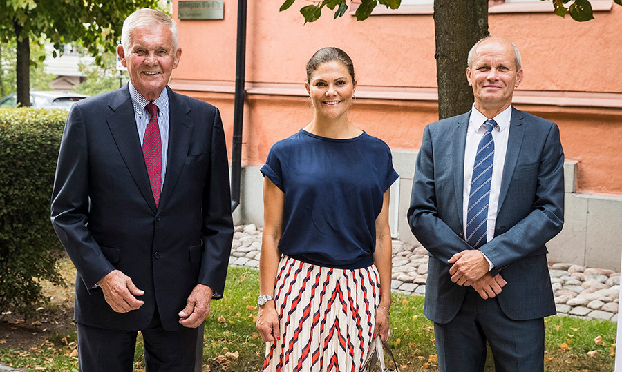 Crown Princess Victoria of Sweden stunned in a simply summery outfit while arriving at the Stockholm International Water Institute. She was welcomed by Peter Forssman, chair of SIWI and Torgny Holmgren, the executive director on Aug. 23.