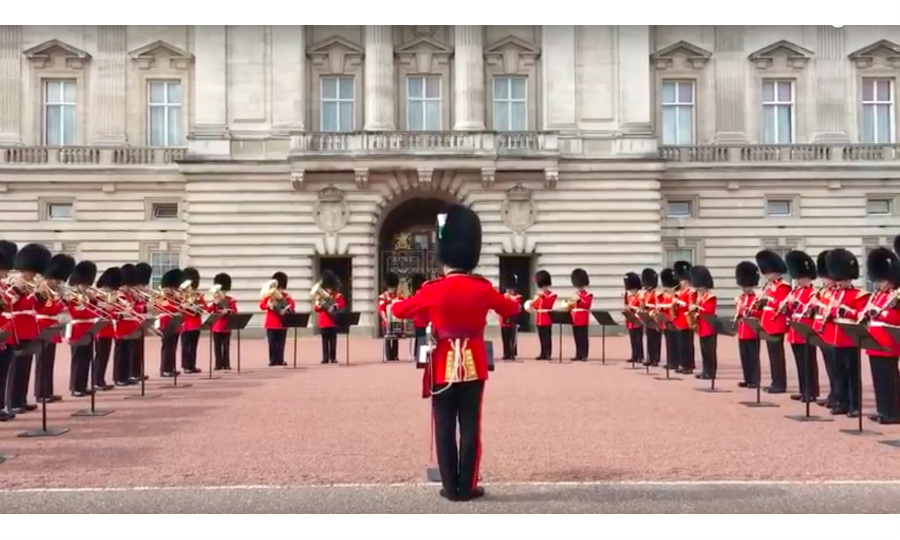 The Changing of the Guards Ceremony at Buckingham Palace on August 31 featured a special tribute to Aretha Franklin, who was laid to rest in Detroit the same day. 