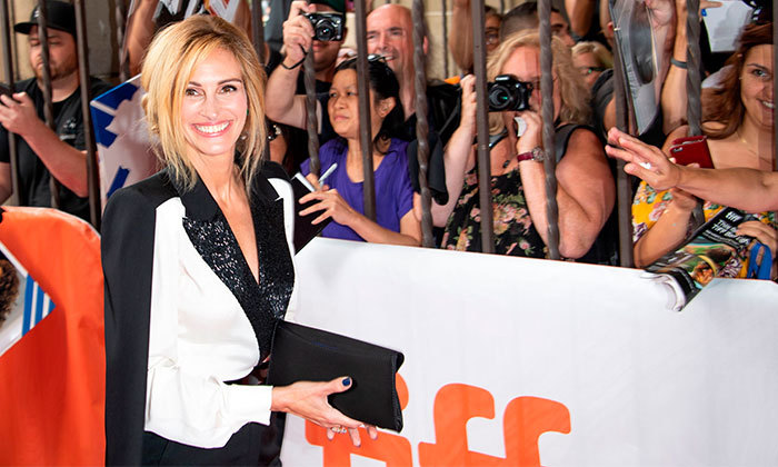 Julia Roberts greeted her adoring fans at the premier of her film <em>Homecoming</em>.