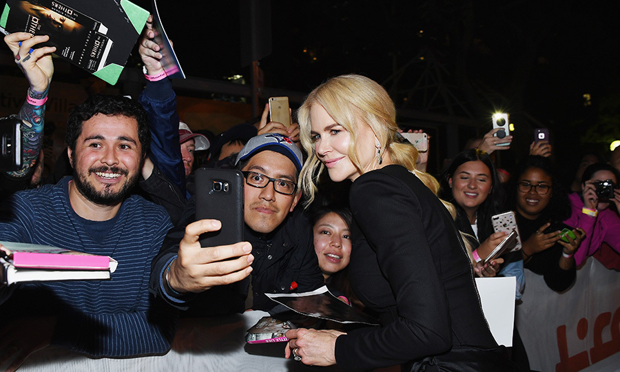 Nicole Kidman graciously greeted her fans while arriving at the Princess of Wales theatre.