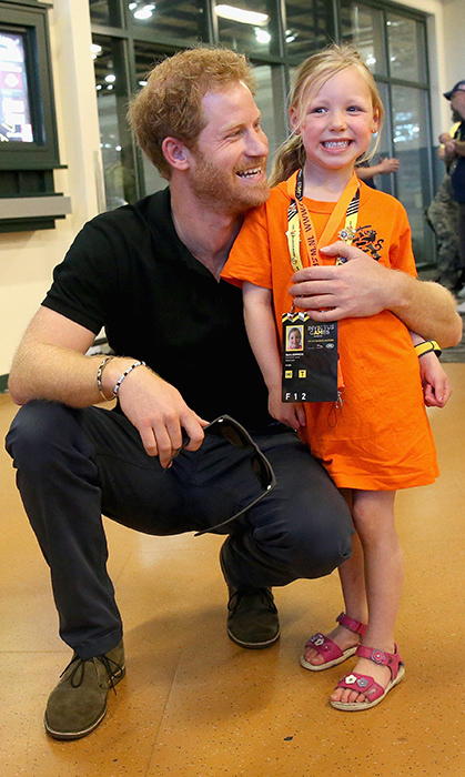 The 2016 Invictus Games happened in Orlando, and Prince Harry posed with the most adorable little girl at the games!