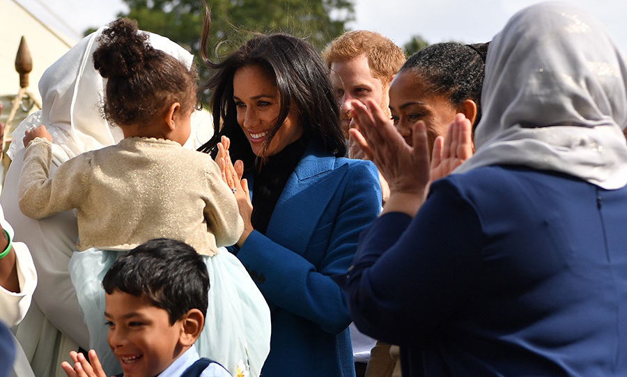 Meghan shared a special moment with a little girl as the group clapped before she left the event. 