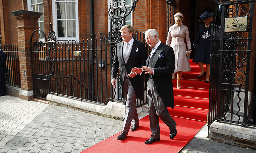 King Willem-Alexander and Prince Charles were clearly in deep conversation while leaving the Dutch ambassador's residence! Their wives followed swiftly behind.