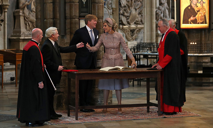 Queen Maxima signed the visitor's book at Westminster Abbey. 