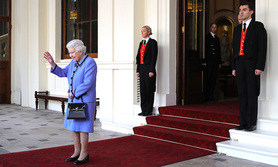 The Queen waved goodbye at the official farewell to King Willem-Alexander and Queen Máxima.