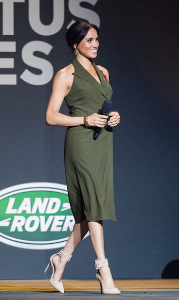 Prince Harry and Meghan ended their final day in Australia on Oct. 26 – before heading off to New Zealand! – with the Invictus Games closing ceremonies. The parents-to-be both took their turns making speeches on stage, and Meghan truly dazzled! She stunned in an olive-green Antonio Berardi tuxedo dress, completing the look with Aquazzura 'Casablanca' pumps and two Pippa Small bangles. Keeping her hair back in her signature bun, she showed off her natural beauty.