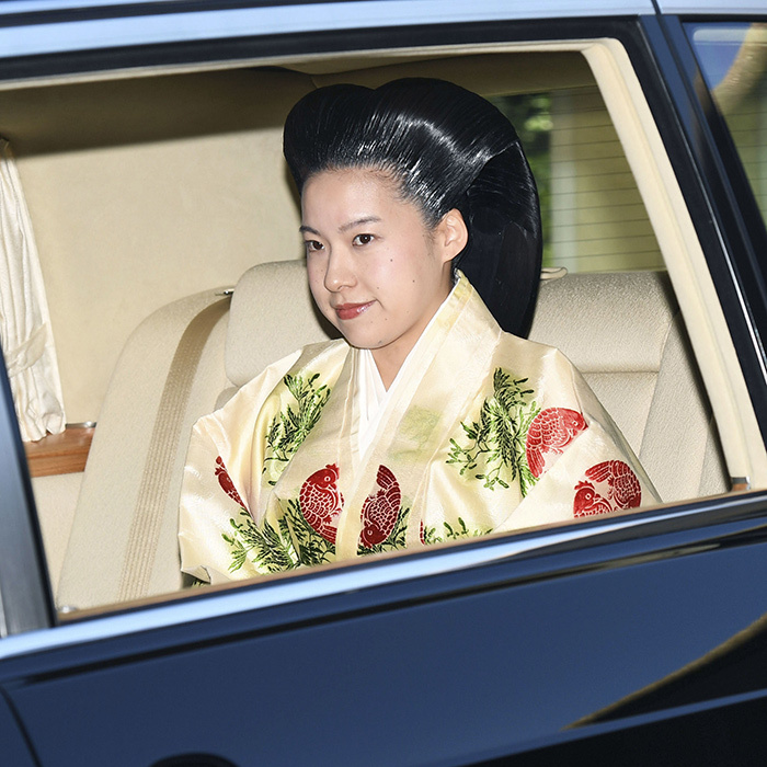 The beautiful bride was spotted leaving the Akasaka Estate on Oct. 29 ahead of her wedding ceremony with Kei Moriya at Meiji Shrine. She wore a stunning pale-yellow uchiki kimono embroidered with green leaves and red flowers and carried a fan made of Japanese cyprus.