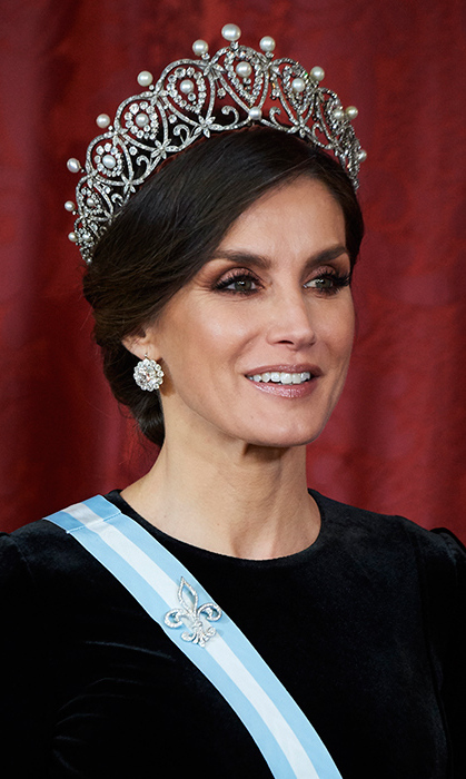 But the tiara really had royal watchers wow-ing! For the Royal Gala Dinner in honour of Chinese President Xi Jinping and his wife Peng Liyuan, Queen Letizia glittered in Queen Maria Christina's Cartier Loop Tiara.