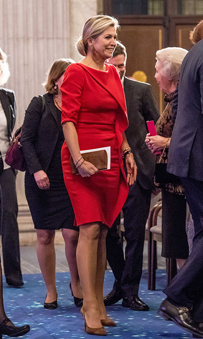 Queen Máxima looked wonderful in a bright red dress at Amsterdam's Royal Palace. There, she met writer and journalist Barbara Ehrenreich, who was the recipient of the Erasmus Prize.