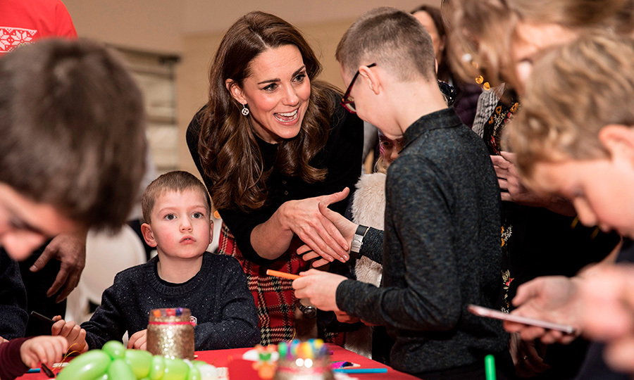Kate flashed a megawatt smile while meeting with kids at the Christmas party as they put together some pretty festive crafts.