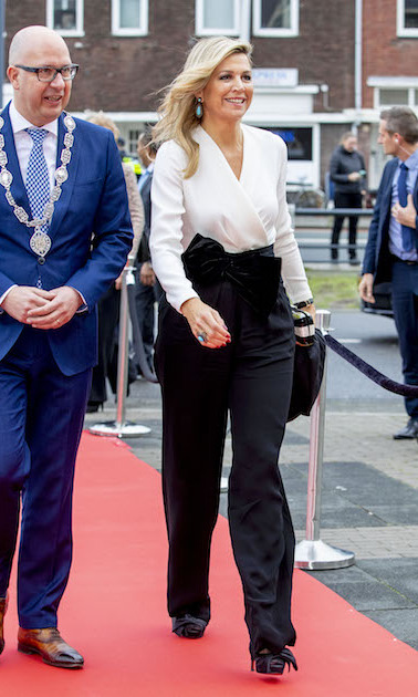The fashion queen has arrived! While attending the Christmas Gala of the biggest school band in the Netherlands, Queen Maxima looked gorgeous in black pants, a cream blouse and stylish pumps.
