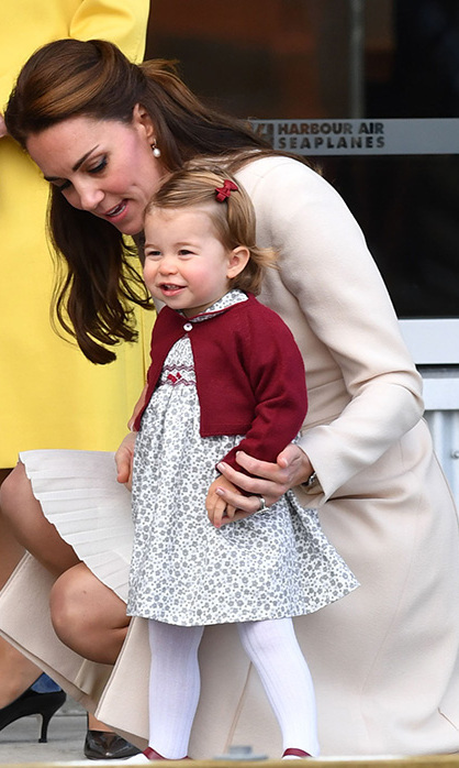 The little princess looked picture perfect as she prepared to say goodbye to Canada. Duchess Kate made sure to help out the grinning girl!