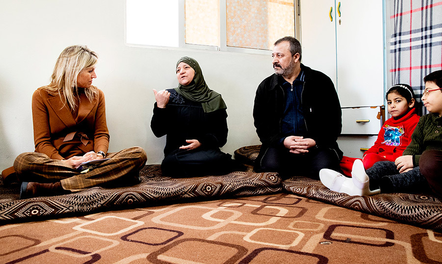 The big-hearted royal met with a Syrian family with a refugee status in Amman. She took a seat on the floor beside them, clearly engaging in a passionate discussion with the mother, father and their two children.