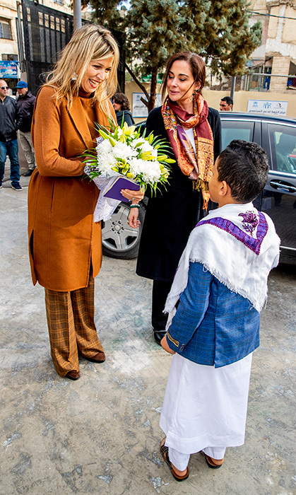 Too cute! Máxima received a bouquet of flowers during a meeting with students about the digital scholarship DAFI supported by the UNHCR.