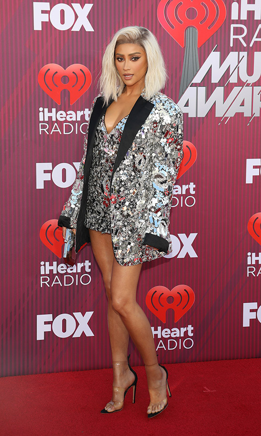 "Canadian actress <strong><a href=""https://ca.hellomagazine.com/tags/0/shay-mitchell"">Shay Mitchell</a></strong> of <em>Pretty Little Liars</em> and <em>You</em> fame dazzled in a look similar to Taylor Swift! The star wore a platinum wig to the event, along with a dress and blazer that resembled both a disco ball and mirror! 