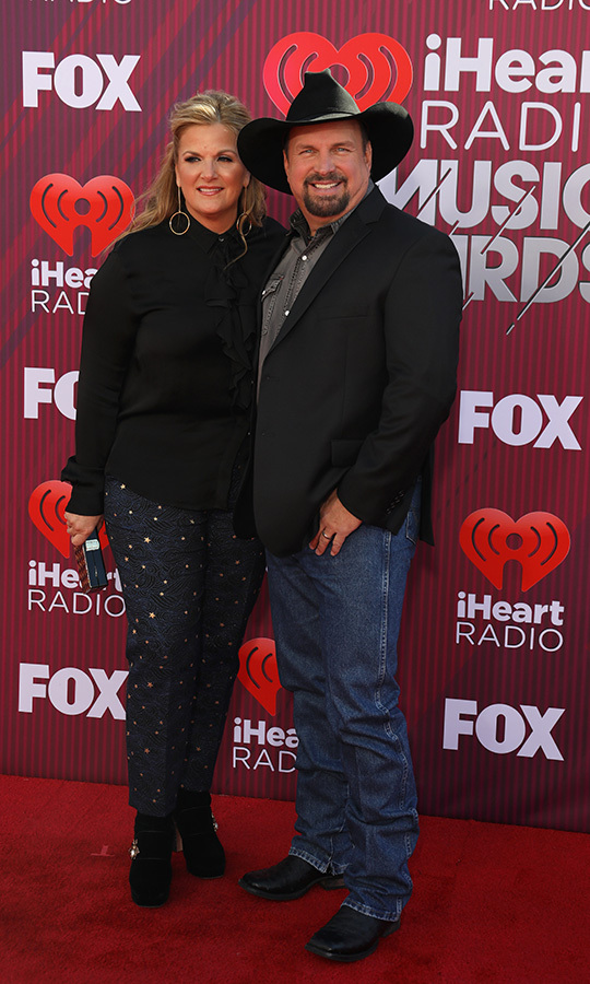 Country legends <strong>Trisha Yearwood</strong> and <strong>Garth Brooks</strong> opted for a laid-back, simple style on the red carpet.