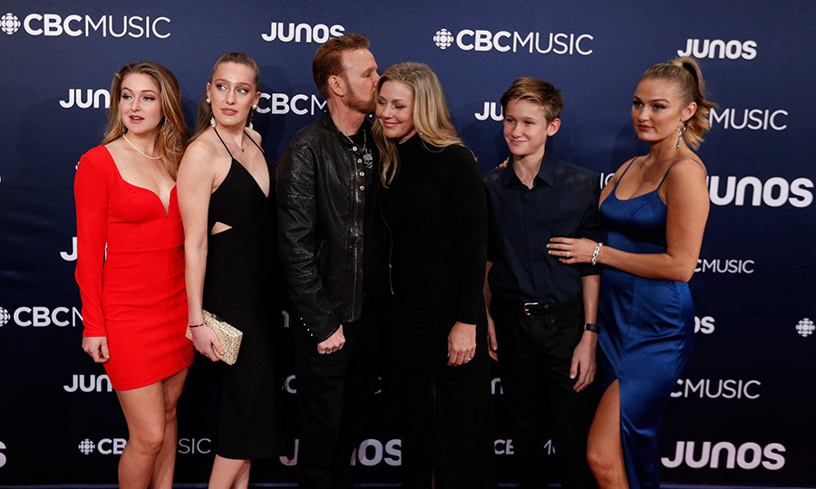 "<strong><a href=""https://ca.hellomagazine.com/tags/0/corey-hart"">Corey Hart</strong></a> posed with his entire family on the red carpet. The ""Sunglasses at Night"" and ""Never Surrender"" singer was inducted into Canada's Music Hall of Fame during the JUNO Awards.