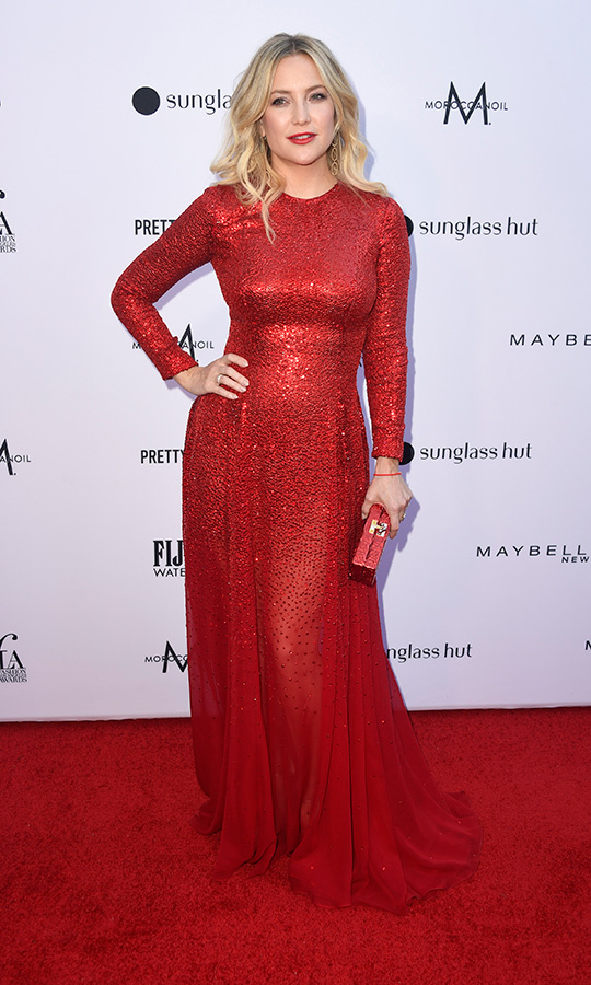 "Actress <strong><a href=""https://ca.hellomagazine.com/tags/0/kate-hudson"">Kate Hudson</strong></a> was gorgeous in a crimson Oscar de la Renta gown that matched the red carpet, and carried a similar red clutch. She also <a href=""https://ca.hellomagazine.com/healthandbeauty/hair/2019031870978/kate-hudson-glittering-red-dress-hair-extensions-red-carpet/"">sported new hair extensions</a> for the event.