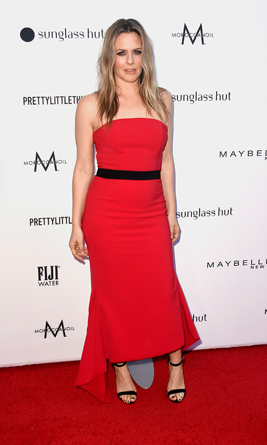 """Clueless"" star <strong><a href=""https://ca.hellomagazine.com/tags/0/alicia-silverstone"">Alicia Silverstone</strong></a> wowed with a red strapless dress and black sandal-heels at the event. She accessorized the simple yet elegant look by wrapping a black belt around her waist.