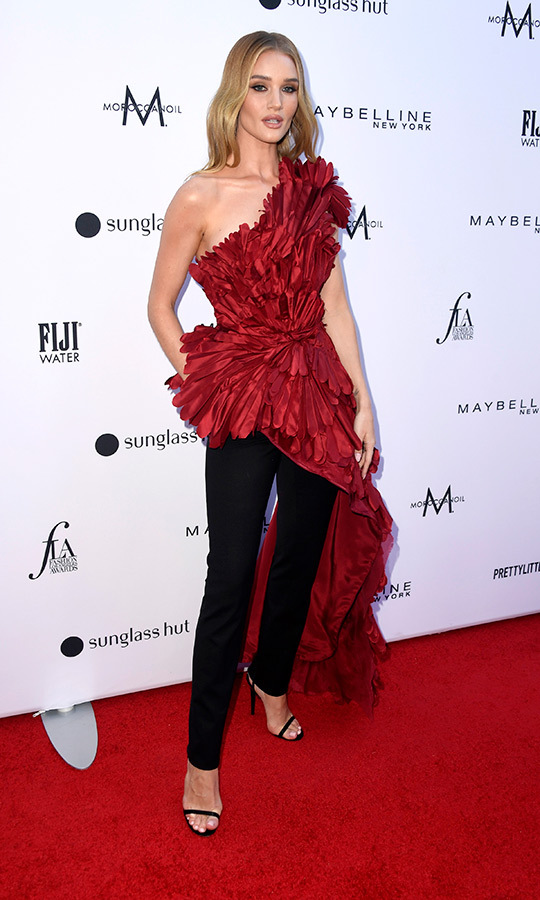 <strong>Rosie Huntingdon-Whiteley</strong> may have had one of the top looks of the night! The model wore a silk, one-shoulder top with an asymmetrical side train by Oscar de a Renta, which she finished with black pants and black sandal-heels. Gorgeous!