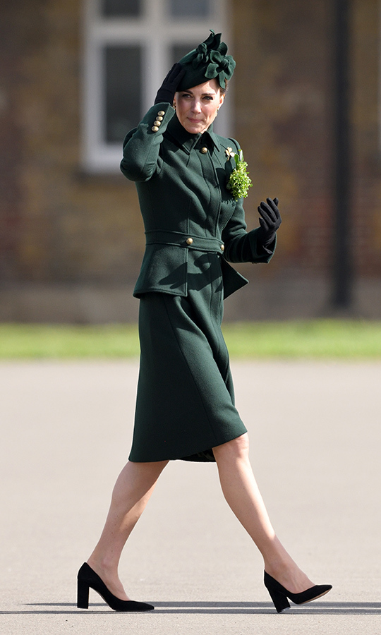 "<strong><a href=""https://ca.hellomagazine.com/tags/0/kate-middleton"">Duchess Kate</strong></a> stepped out in a gorgeous and glam green custom Alexander McQueen coat for St. Patrick's Day! She teamed it with a co-ordinating green clutch and Gianvito Rossi's ""Piper"" suede pumps for a visit with the 1st Batallion Irish Guards with hubby <strong><a href=""https://ca.hellomagazine.com/tags/0/prince-william"">Prince William</a></strong> on March 17. 