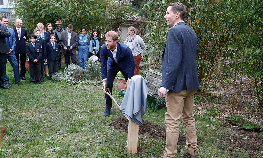 "<strong><a href=""https://ca.hellomagazine.com/tags/0/prince-harry"">Prince Harry</a></strong> travelled to St. Vincent's Catholic Primary School in Acton, London to plant a tree on March 20! But he couldn't do it alone and needed some help!