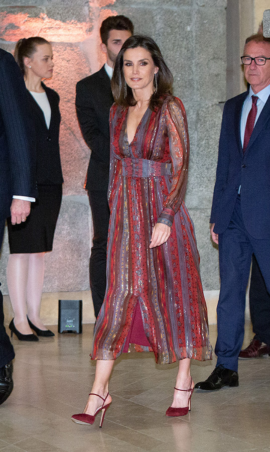 On March 19, Letizia looked no further than one of her favourite colours – maroon! – for the National Culture Awards in Madrid. She shined in an Intropia lurex details silk midi dress, along with her LODI burgundy suede ankle strap pumps and her TOUS black diamond string earrings.