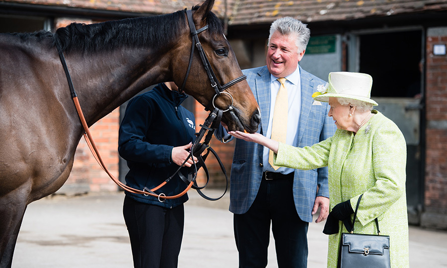 "Her Majesty loves her horses! On March 28, <a href=""https://ca.hellomagazine.com/tags/0/queen-elizabeth-ii""><strong>the Queen</strong></a> fed carrots to a horse trained by Paul Nicholls (pictured) at Manor Farm Stables in Somerset, United Kingdom.