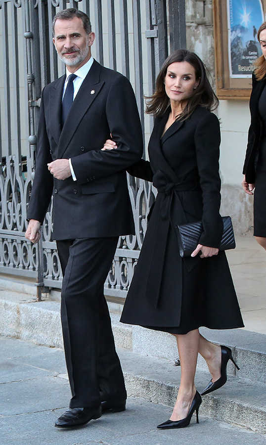 "Spain's <a href=""https://ca.hellomagazine.com/tags/0/king-felipe-vi""><strong>King Felipe VI</a></strong> and <a href=""https://ca.hellomagazine.com/tags/0/queen-letizia""><strong>Queen Letizia</a></strong> arrived together at a memoriam funeral for Jose Pedro Perez-Llorca Rodrigo at San Jeronimo El Real Church on April 4. For the somber affair, Letizia wore her Carolina Herrera A-line belted coat, and accessorized with her modified Felipe Vaerla chevron quilted envelope clutch and her black Magrite pumps. She also wore her Gold & Rose double dagger earrings which she wore earlier in the day to another event.