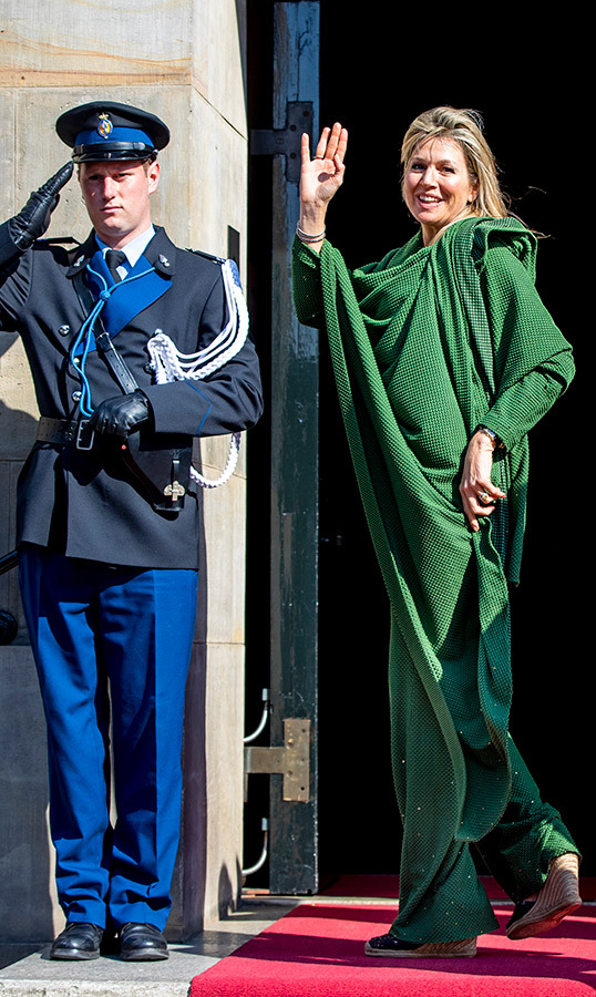 "Just before the festivities began, <a href=""https://ca.hellomagazine.com/tags/0/queen-maxima""><strong>Máxima</a></strong> was spotted heading into the palace in a head-to-toe green ensemble, anchored with wedge shoes.