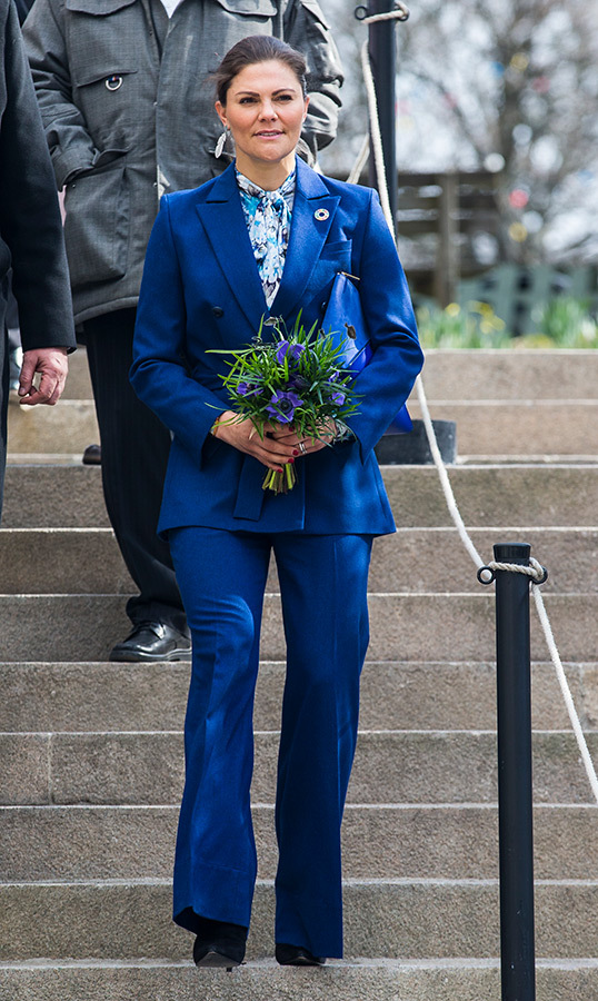 "On April 11, <a href=""https://ca.hellomagazine.com/tags/0/crown-princess-victoria""><strong>Crown Princess Victoria</a></strong> of Sweden arrived at the inauguration of the Baltic Sea Science Center – and her outfit was perfect for the occasion! She stunned in a royal blue pantsuit, paired with a blue patterned blouse and black suede boots.