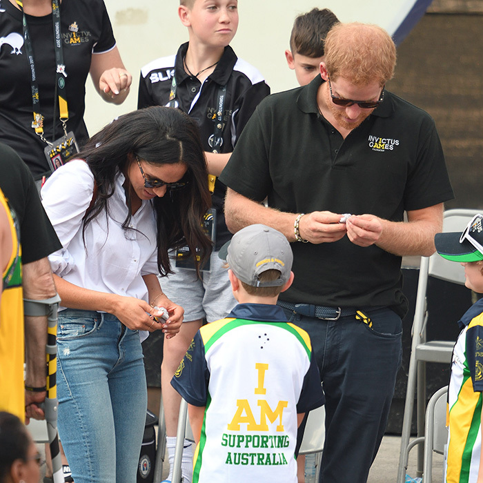 "On Meghan and Harry's first official outing as a couple at the 2017 <a href=""https://ca.hellomagazine.com/tags/0/invictus-games""><strong>Invictus Games</a></strong> in Toronto, the duo received small gifts from two adorable kids.