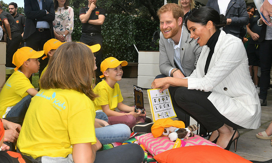 Here they are chatting with some youngsters from the Australian Kookaburra Kids Foundation, who gave the parents-to-be a sweet card! 
