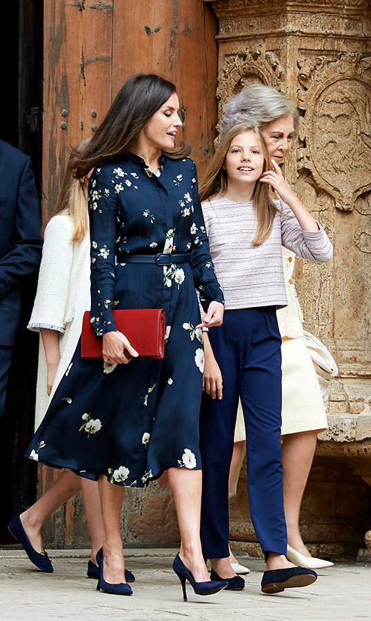 "<a href=""https://ca.hellomagazine.com/tags/0/queen-letizia""><strong>Queen Letizia</a></strong> was joined by her daughters, <a href=""https://ca.hellomagazine.com/tags/0/princess-leonor""><strong>Princess Leonor</a></strong> and <A href=""https://ca.hellomagazine.com/tags/0/infanta-sofia""><strong>Infanta Sofia</a></strong>, and <A href=""https://ca.hellomagazine.com/tags/0/queen-sofia""><strong>Queen Sofia</a></strong> at Easter Mass at the Cathedral of Palma de Mallorca on April 21. For the festive day, Letizia wore a printed shirtdress by Massimo Dutti, paired with a bright red clutch and navy blue suede pumps.