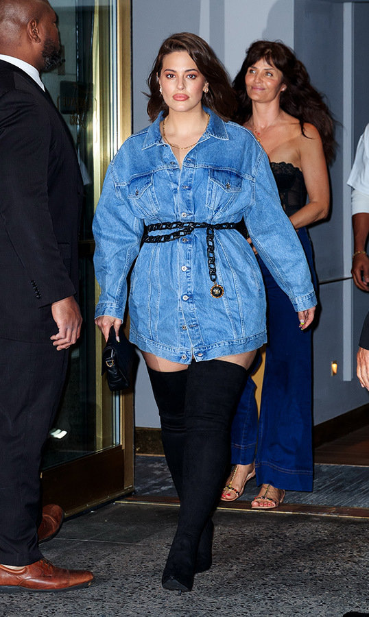 "Gigi's fellow supermodel <strong><a href=""https://ca.hellomagazine.com/tags/0/ashley-graham"">Ashley Graham</a></strong> wore the coolest pair of thigh-high boos, and a cinched-in oversize denim jacket for the affair.