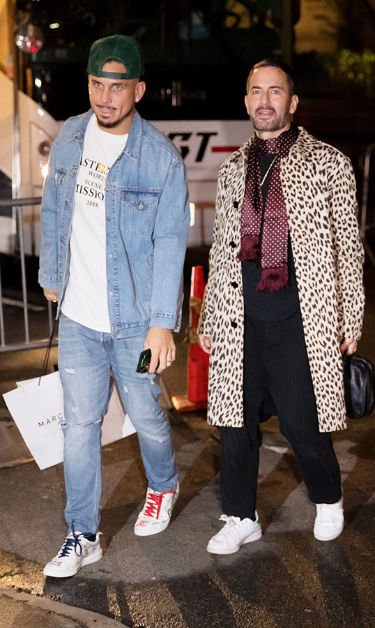 "Newlyweds <strong><a href=""https://ca.hellomagazine.com/tags/0/marc-jacobs"">Marc Jacobs</a></strong> and Char DeFrancesco arrived for the festivities, with Char wearing all denim and Marc shaking things up with a leopard-print coat.